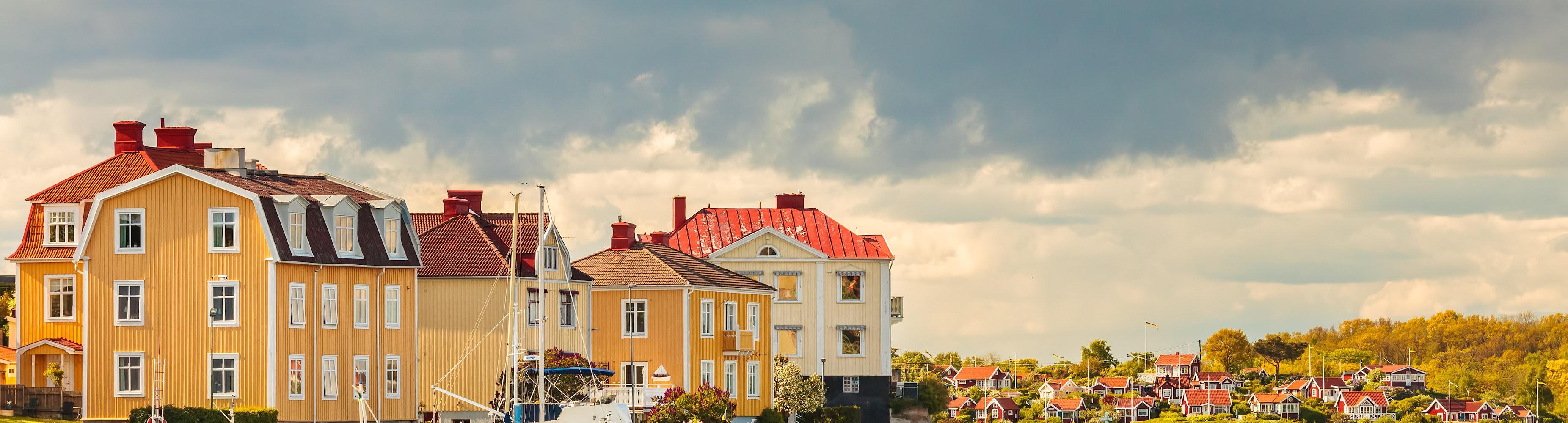 hamn gula hus båtar